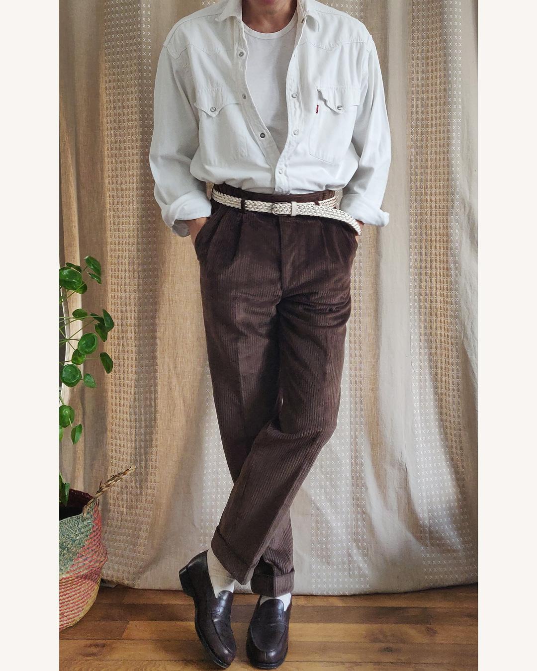 Élégance décontractée avec une chemise denim blanche et pantalon velours marron