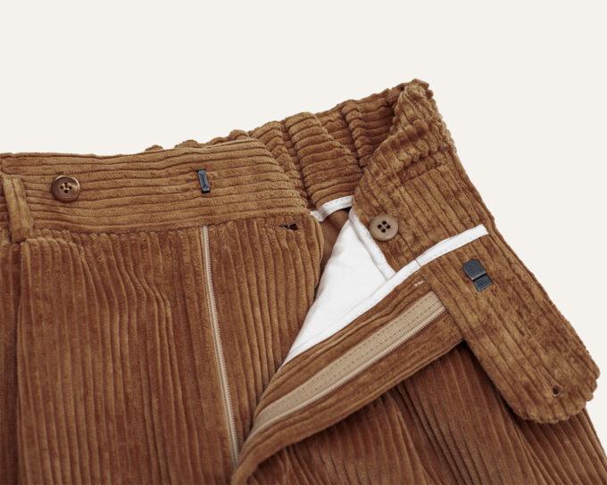 Détails ceinture Athi Edition sur pantalon velours beige