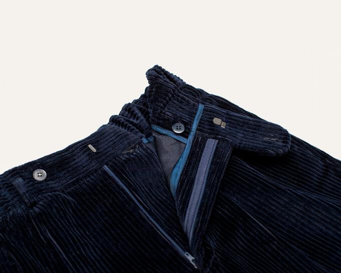 Détails de ceinture pantalon en velours bleu nuit