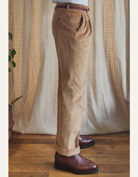 Détails pantalon velours beige de côté