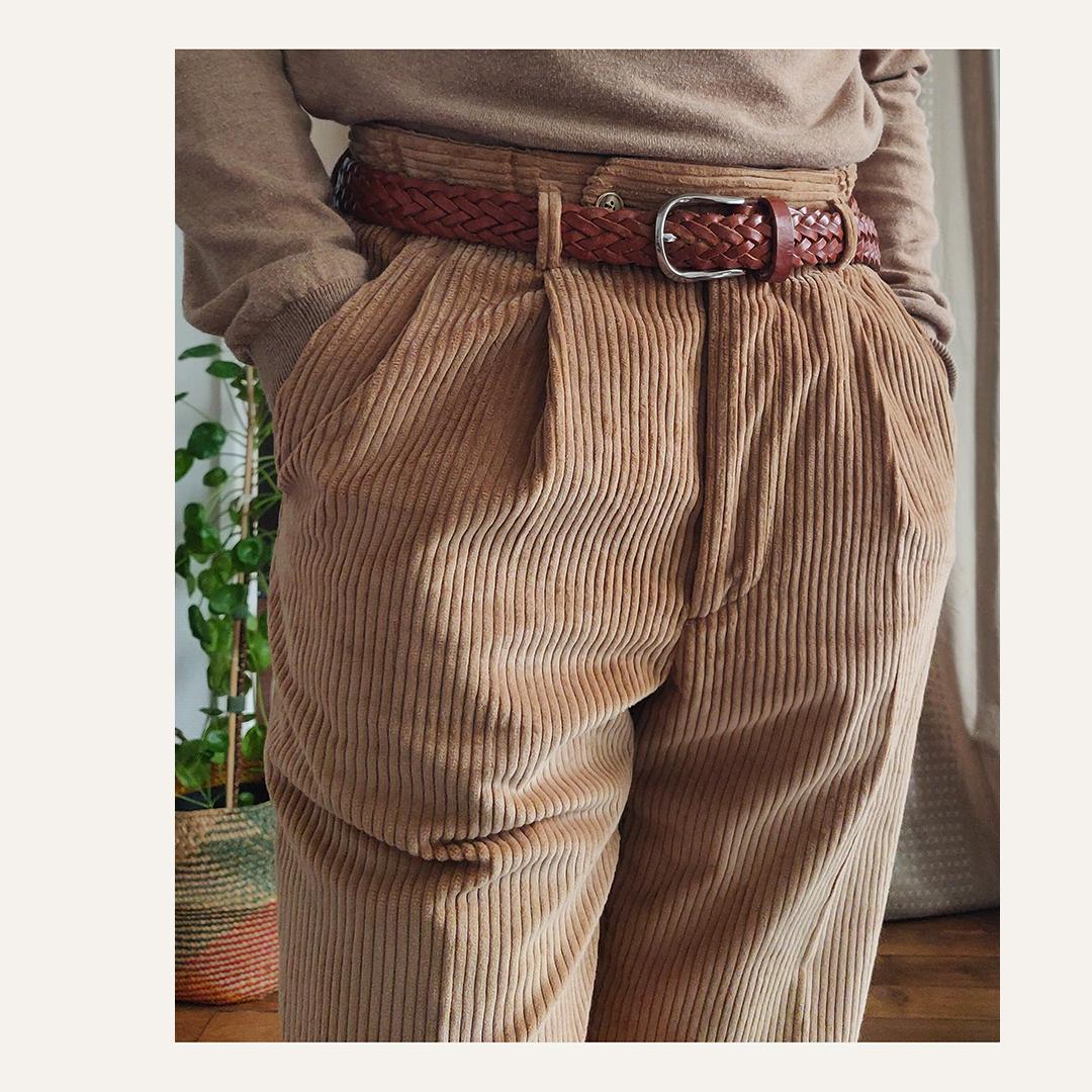 Pantalon en velours beige à double plis. Ceinture tressée