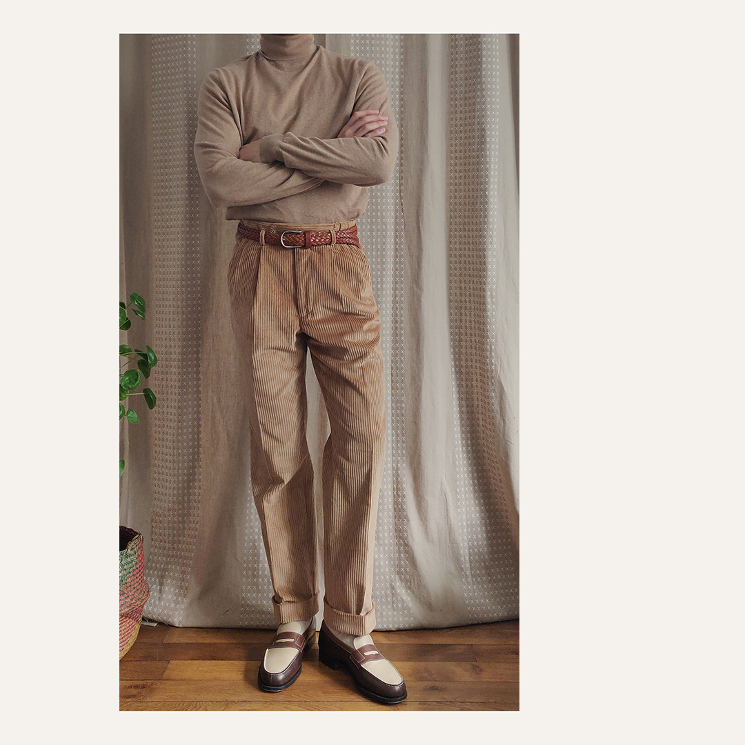 Pantalon velours beige, mocassins bicolores